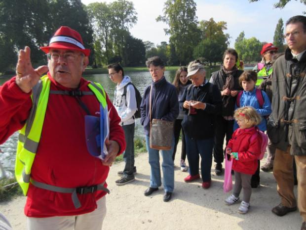 赤い帽子のガイドさんについて森を歩く。