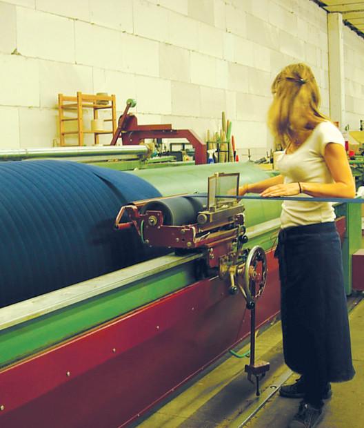 タテ糸をそろえる整経作業をするのは入社5年のファニーさん。