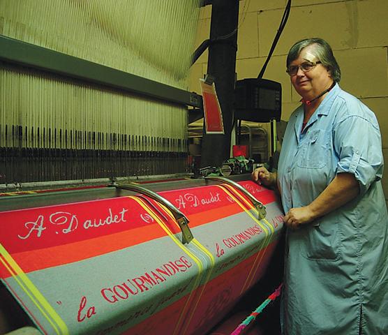 布巾を織るジャカード織機。勤続38年で退職したルネさんは半日出勤して新人の指導にあたる。