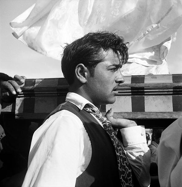Jeune gitan portant la statue de sainte Sara 1959 © Atelier Lucien Clergue