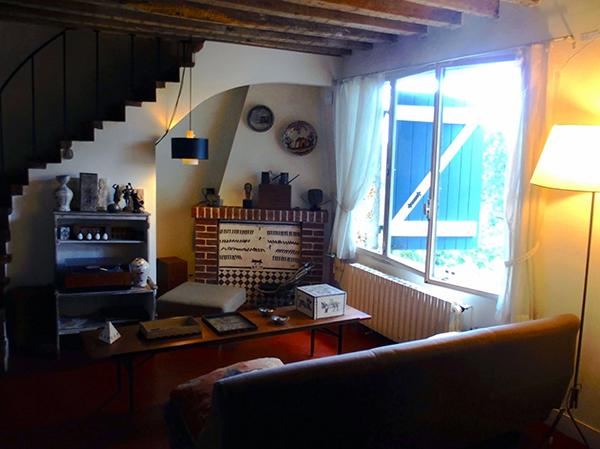 サロンの照明や家具も60年代。