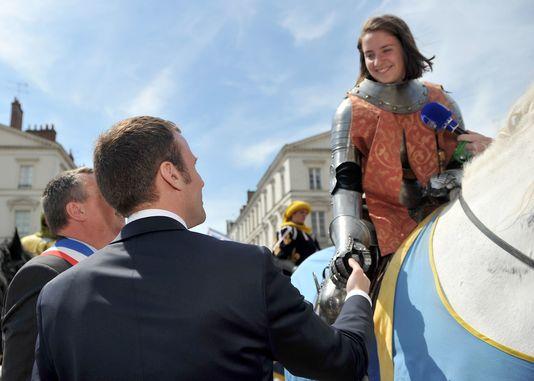 5月8日、オルレアンでのジャンヌ・ダルク祭にマクロン経済相。 Guillaume SOUVANT/AFP(Le Monde : 16-5-10)