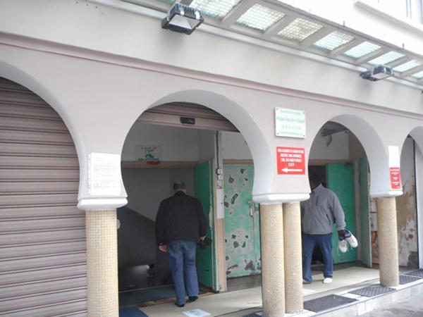 ベルヴィル界隈のモスクで、礼拝に入る信者たち。