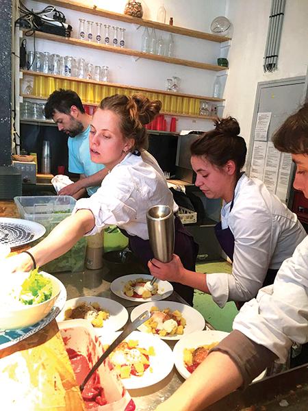 カフェ・バー La Lingerie では平日はアフリカ料理、週末はパリ地産地消の一皿を味わうことができる。日曜のブランチ10€はすでに行列ができる盛況ぶり。