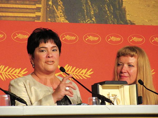 女優賞を獲得したジャクリン・ホセ(左)と、『American Honey』で 審査員賞を受賞したアンドレア・アーノルド監督(右)。
