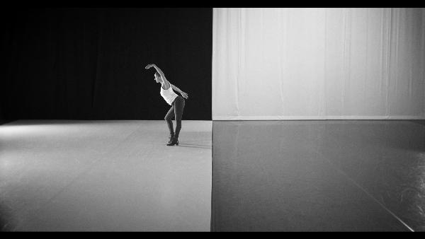 ラファエル・ドロネー。 本展のために制作 されたダンス「異国のダンス」の一部。