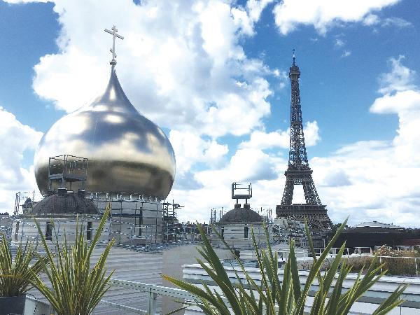 新しいロシア正教会のドームと、エッフェル塔。ドームは大小5つある。