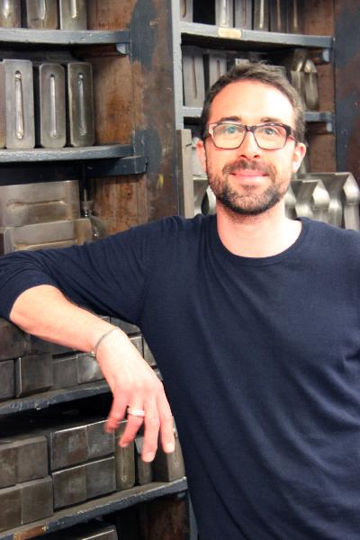 5代目社長ジャン=ピエールさん。 「メゾンのDNA」金型の前で。©Louis Terran