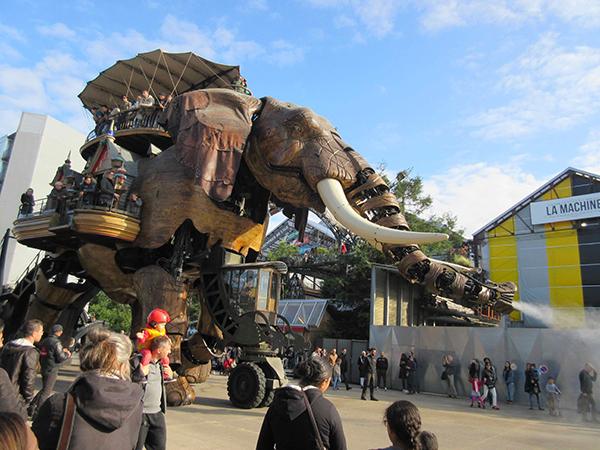 町の一番の人気者といえば機械仕掛けの巨大な象さん。