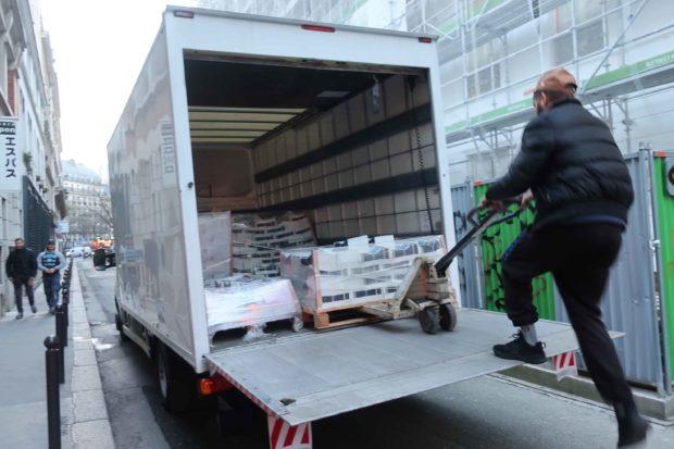 印刷所からトラックでオヴニー届く