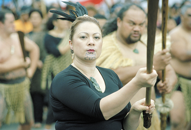 Hinemoa Awatere portant un taiaha lors du Hikoi  (marche de protestation traditionnelle)  contre la nationalisation des plages et fonds marins,  Wellington, 2004 Photographe: Michael Hall