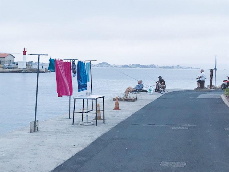 ミストラル河岸通りでは、風に洗濯物がはためく。