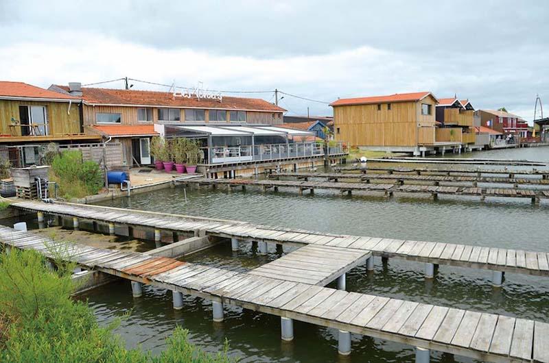 アルカション湾をぐるりと取り囲んでいる牡蠣養殖施設と直売所