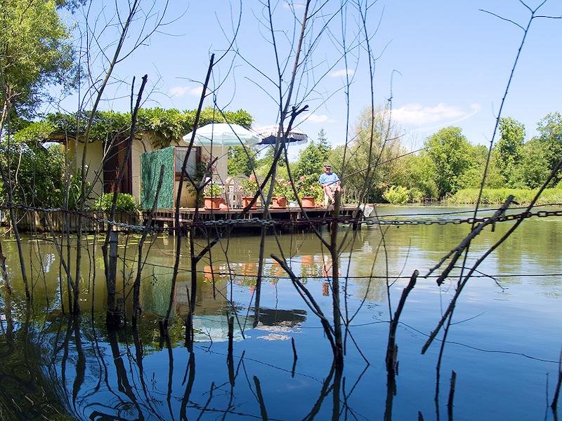 釣り糸を垂らす住人の姿も。 Photo : SommeTourisme