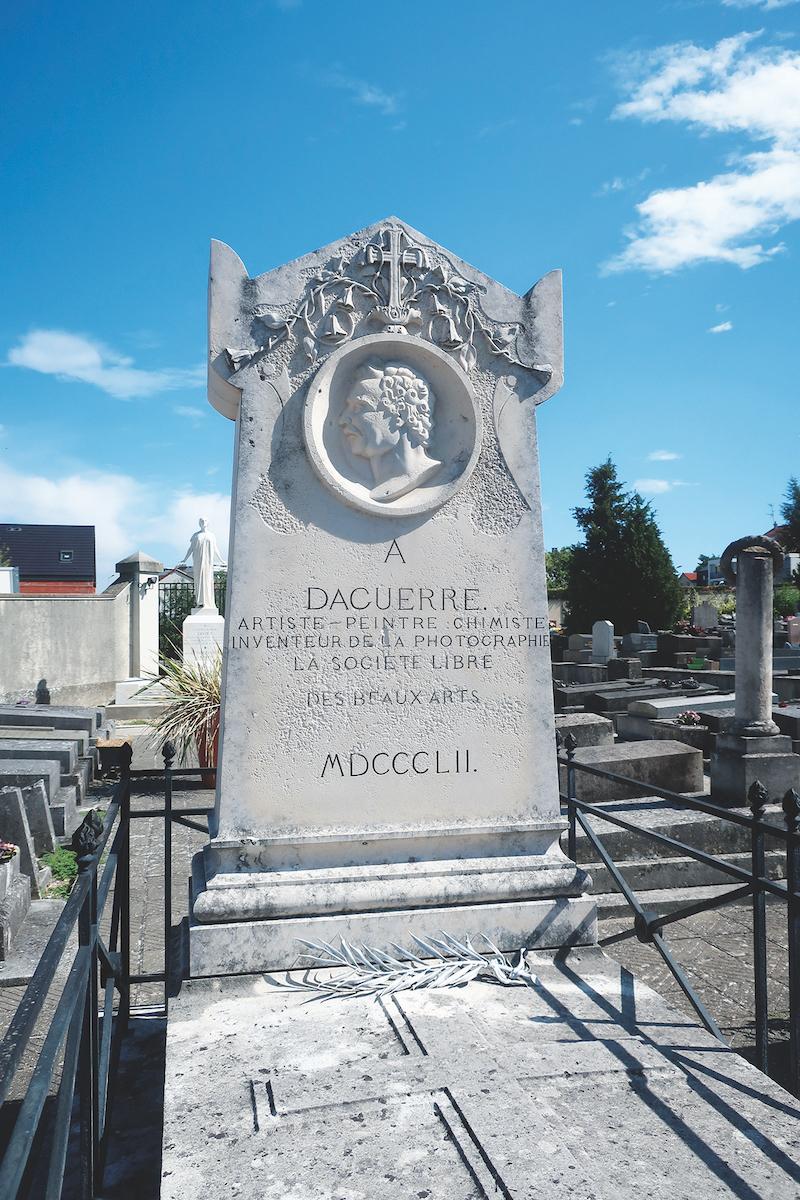 ダゲールの墓。刻まれた文字の配置がバラバラだが国の歴史文化遺産。