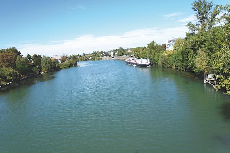 マルヌ川は蛇行しながらパリの手前でセーヌに合流する。