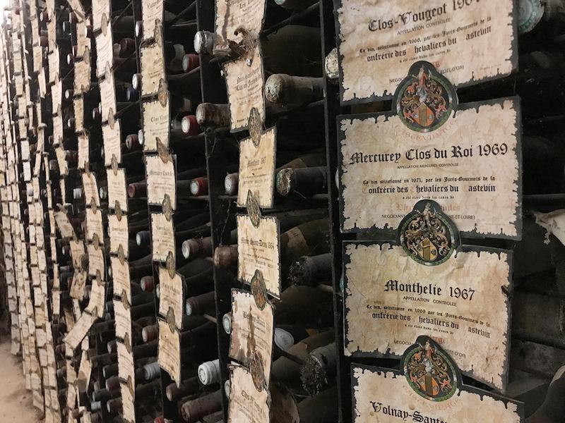 騎士団が認めた名酒に与えるラベルを与えられたボトル。これらボトルを保存するoenothèqueも、夏から見学できるように。