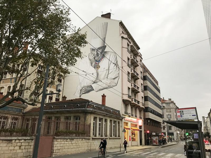 ボキューズ市場向かいの建物の壁画。