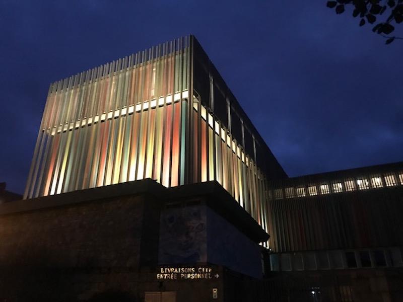 夜は一と美しいタピスリーセンターの建物。